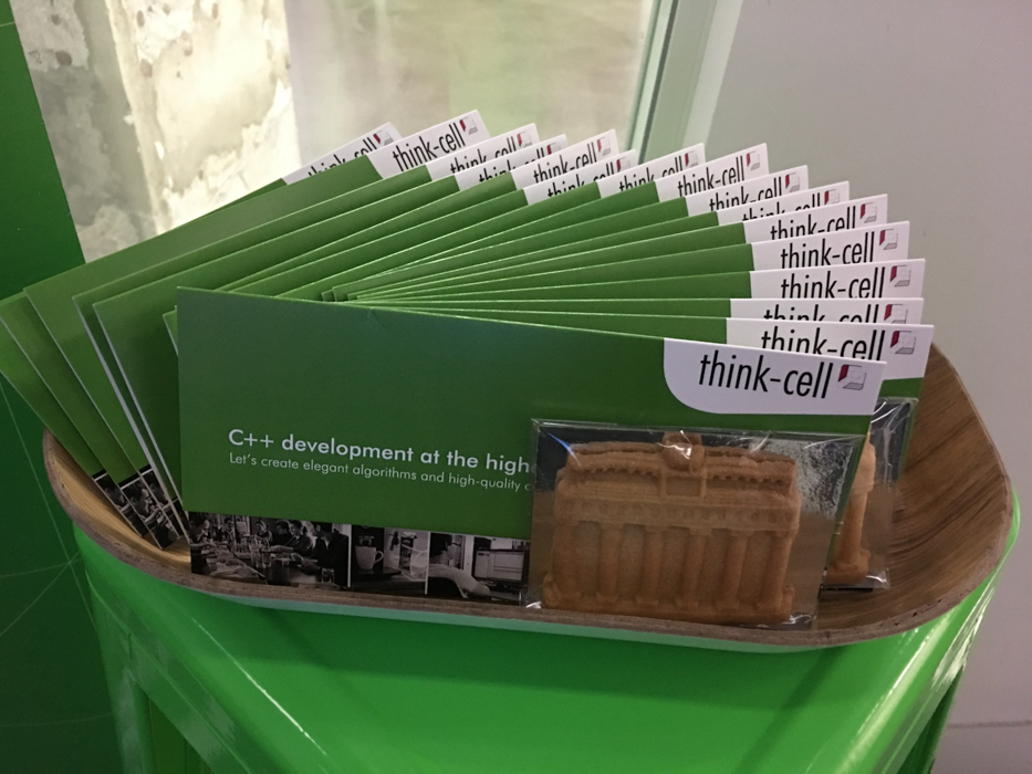 Brochures de recrutement de think-cell avec des biscuits « Porte de Brandebourg »